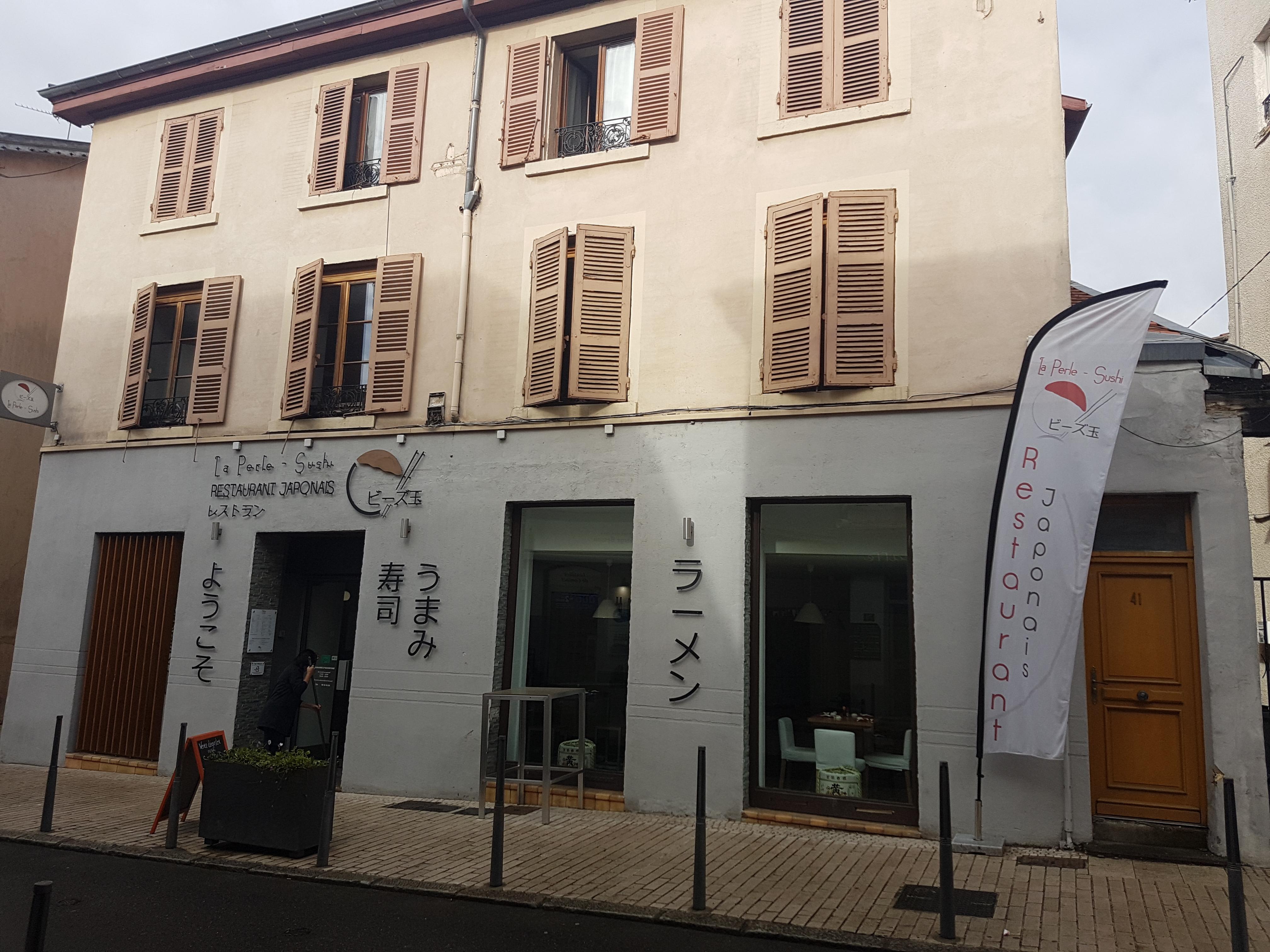 CALUIRE CENTRE – Rue Jean Moulin – Murs commerciaux A VENDRE occupés